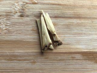 韭菜炒蚬肉,姜切丝。