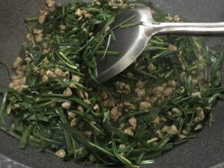 韭菜炒蚬肉,快速炒一分钟。盛出装盘。再炒韭菜很软了。