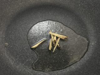 韭菜炒蚬肉,大火,油锅,放入姜丝。
