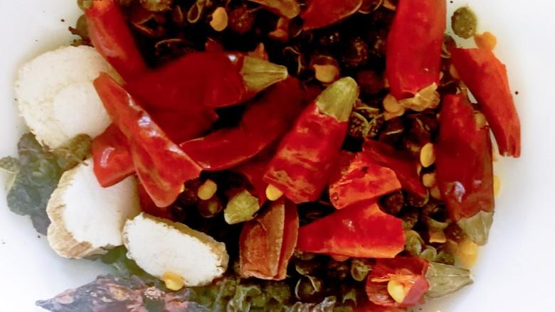 水煮肥牛,<a style='color:red;display:inline-block;' href='/shicai/ 87193'>尖辣椒</a>洗干净切两半,所有调味料放在一起备用