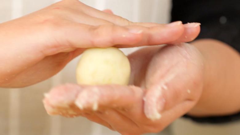 芝士土豆球,捏合后搓成球形