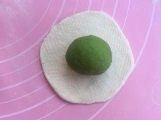 三色夹心小餐包,再擀原色面团,包入绿色面团,收口