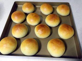 三色夹心小餐包,烤箱预热上下火175度,烤20分钟出炉