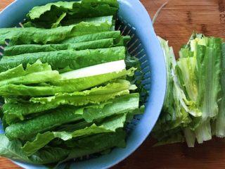 原汁鸡汤焯凤尾菜,把绿色菜叶部分和菜梆子分开放置