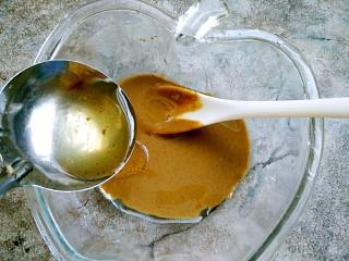 麻汁黄瓜,芝麻酱要先用一勺香油调开
