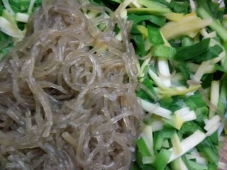 韭菜拌粉丝,粉丝淋水放入韭菜里