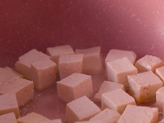 酸菜豆腐,平底锅中放食用油适量,再放入豆腐块小火煎至两面金黄