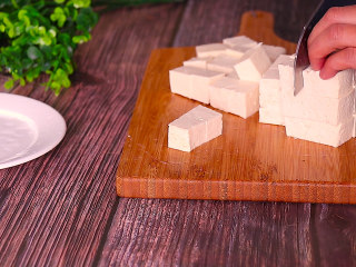 酸菜豆腐,豆腐切成小方块