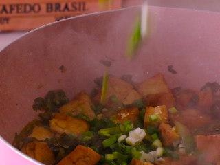酸菜豆腐,十分钟后放入鸡精和葱花翻炒均匀即可