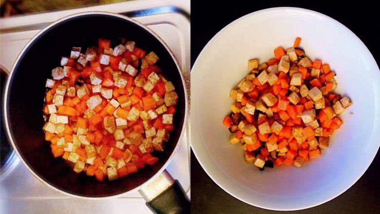 牛肉豆腐意面,加入胡萝卜,炒熟后,放入适量的盐,装盘。