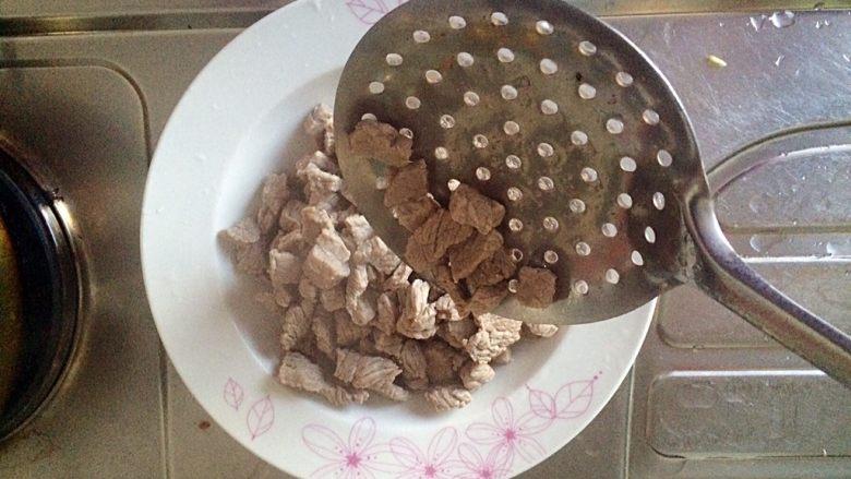 牛肉豆腐意面,锅内坐水后,放入牛肉,水烧开去血沫后,将牛肉捞起,用温水冲洗干净,装盘。