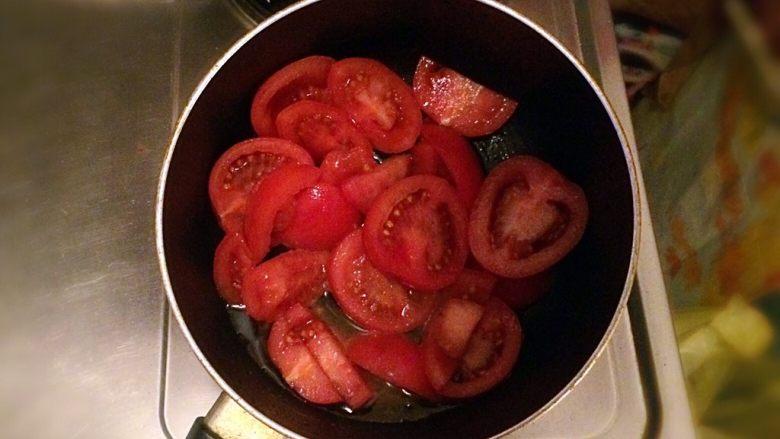 牛肉豆腐意面,牛肉出锅后,直接倒入西红柿。