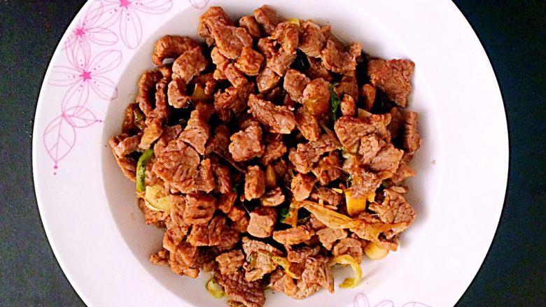 牛肉豆腐意面,翻炒至熟后,装盘。