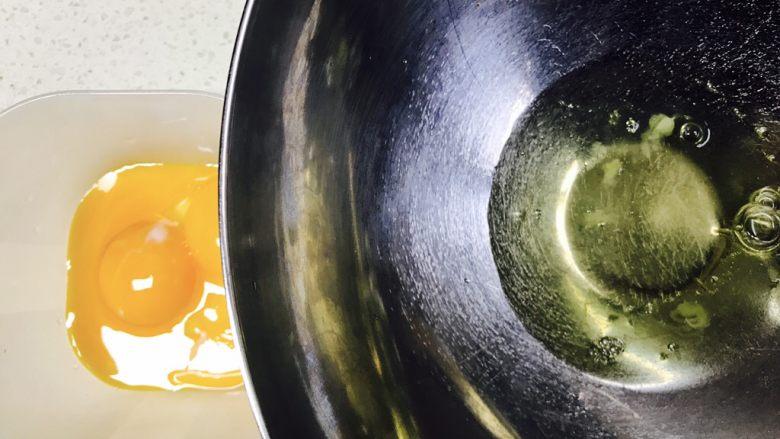 葱香肉松小蛋糕,蛋清和蛋黄分开,蛋清放入冰箱冷冻