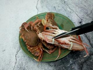 吮指的美味香辣蟹,先把绑螃蟹的橡皮筋剪了