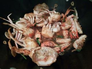 吮指的美味香辣蟹,生抽2勺,盐半勺调味