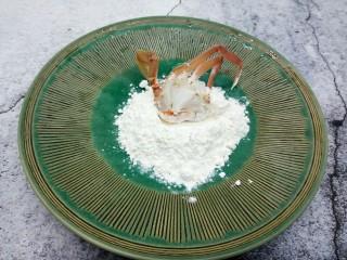 吮指的美味香辣蟹,将螃蟹拍上玉米淀粉(炸的时候,可以锁住螃蟹水分)