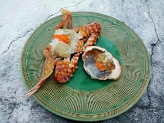 吮指的美味香辣蟹,一手抓螃蟹,一手把螃蟹壳掰下来,螃蟹壳中间的胃给取下来,看看,好多膏