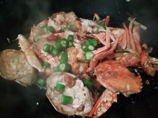 吮指的美味香辣蟹,出锅前加点辣椒丁。