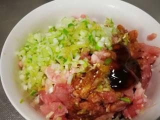 香酥肉饼,肉剁成末,加入适量的盐、生抽、酱油、花椒粉、蚝油、鸡精调匀腌制30分钟以上入味(早餐用晚上睡前调好肉馅)