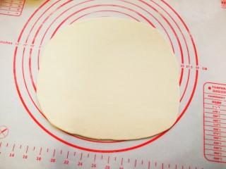 香酥肉饼,取一个面团擀成薄饼,圆形或长方形都可以。