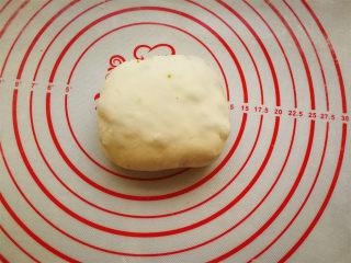 香酥肉饼,捏合边缘,团圆一点。