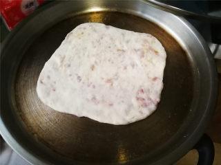 香酥肉饼,擀面杖擀薄,平底锅或电饼铛刷少量油,放入肉饼小火煎