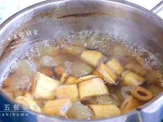 雪梨麦冬芦根饮,汤水越煮越甜。