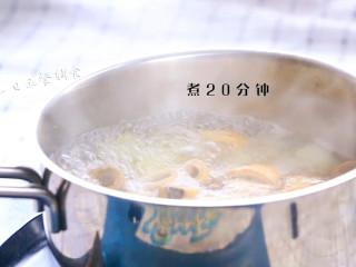 雪梨麦冬芦根饮,干芦根泡水半小时。雪梨切丁,加麦冬、芦根一起煮20分钟。