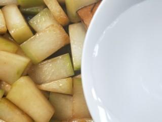 蚝油虾皮烧冬瓜,加适量清水,以没(mo)到冬瓜块一半为止。