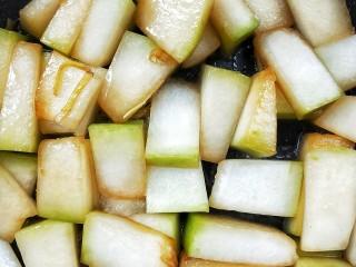 蚝油虾皮烧冬瓜,翻炒均匀,让冬瓜全部上色。