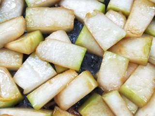 蚝油虾皮烧冬瓜,继续翻炒,此时此刻的冬瓜块表面边缘变得有一点透明状。