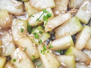 蚝油虾皮烧冬瓜,再焖煮1~2分钟左右,看冬瓜块全部变得晶莹剔透的感觉了,就可以马上改大火收汁,撒葱花,关火。