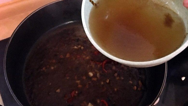 沙茶牛肉粉丝煲,加入一小碗清水煮滚