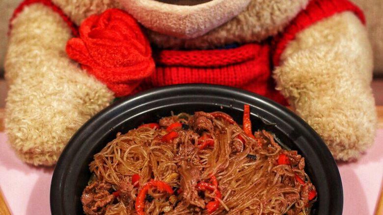沙茶牛肉粉丝煲,某人买的泰迪熊成了摆拍道具