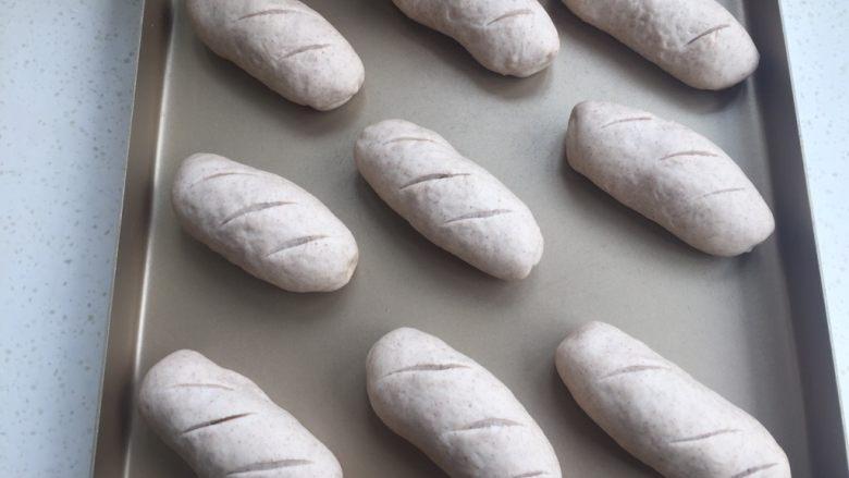 黑麦肉松面包,烤箱35度发酵35分钟(烤箱里放碗热水),发酵好后割几刀花纹。
