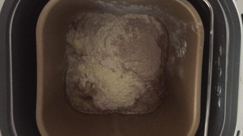 黑麦肉松面包,先放水,盐让盐融化在水里,再放面粉及其他面团材料。