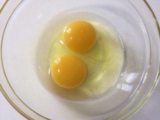 芦笋炒鸡蛋,鸡蛋打入碗中
