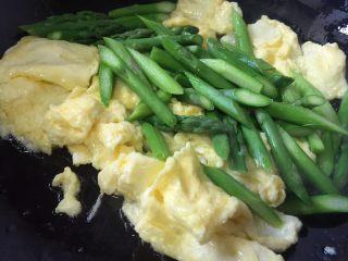 芦笋炒鸡蛋,倒入芦笋