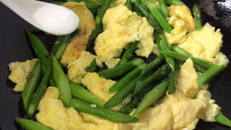 芦笋炒鸡蛋,翻炒一分钟加入盐即可出锅