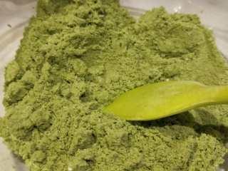 意式抹茶马卡龙(无色素版),再加入A抹茶粉过筛,混合均匀。