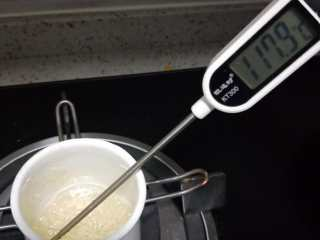 意式抹茶马卡龙(无色素版),C水跟C白砂糖放入小奶锅中。静置小伙熬糖不要摇晃,摇晃会反沙的。熬制的温度117就可以离火了。提示: 熬糖在60度左右的时候就可以打发 B 蛋清和B白砂糖直到湿性发泡。