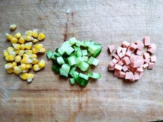 #花样土司#+土司缤纷蛋披萨,火腿,黄瓜切小块,玉米粒准备好