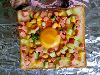 #花样土司#+土司缤纷蛋披萨,把切好的蔬菜火腿放在土司上