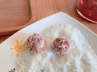 山楂雪球,凉透后用手取一点揉成小圆球,滚上椰蓉