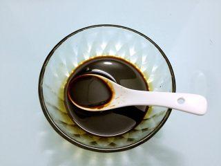 烧茄子,取一个碗:把酱汁材料放入碗中调成酱汁备用