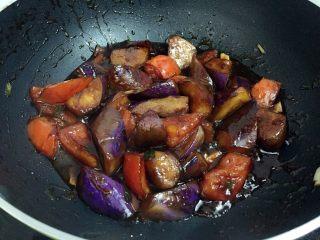 烧茄子,炖煮至茄子软烂