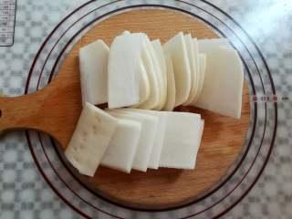 爽脆酸萝卜,萝卜切成2毫米厚度的薄片