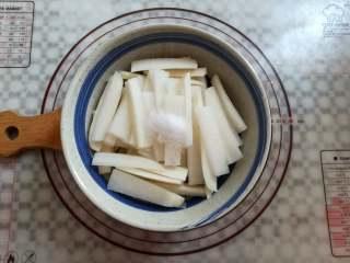 爽脆酸萝卜,萝卜放入深碗里,加上10克的盐混合均匀