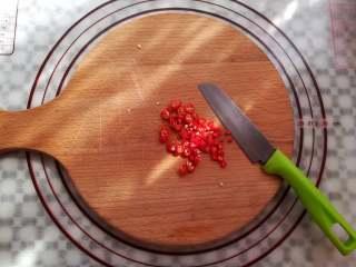 爽脆酸萝卜,红辣椒洗净切成小颗粒备用